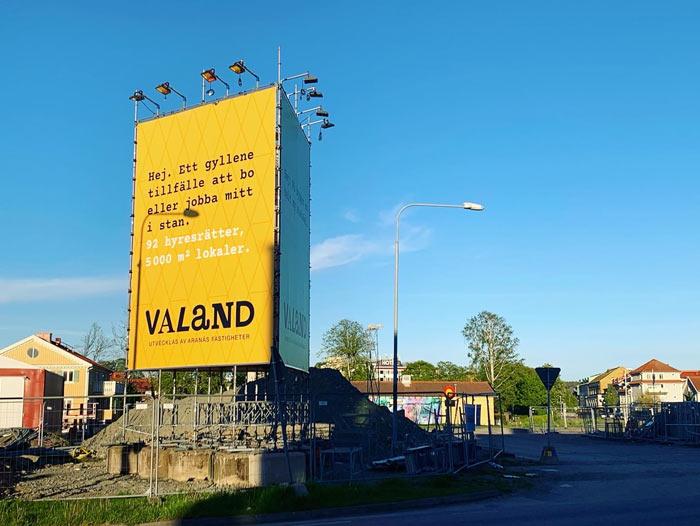 Tryckt banderoll placerad på byggställning i Kungsbacka
